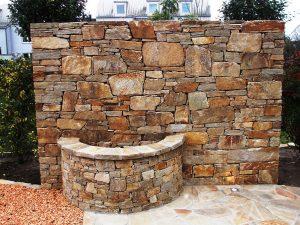 LA-CAVA-Bruchsteinmauer-mit-Wasserbecken