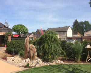 LA-CAVA-Garten-mit-Bruchsteinmauer