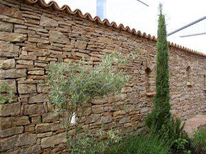 la-cava-bruchsteinmauer-mit-terrakottaziegeln