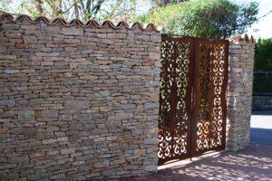 LA-CAVA-Bruchsteinmauer-mit-Terrakotttaziegeln