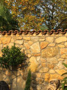la Cava Bruchsteinmauer in der Herbstsonne